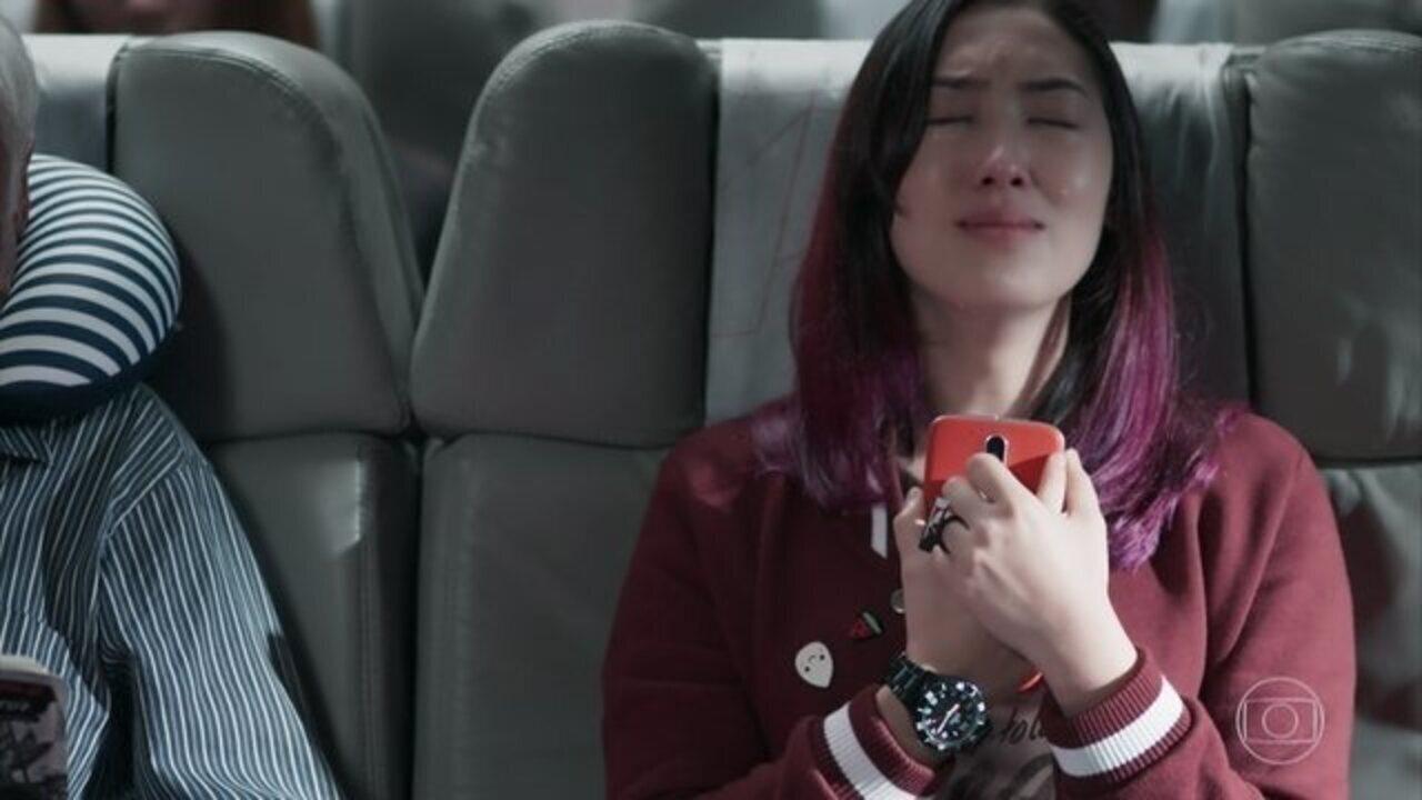 Malhação - Viva a Diferença - Capítulo de terça-feira, 14/11/2017, na íntegra - nê sofre com a briga entre suas amigas e Josefina conforta a filha. Keyla confronta Deco, que decide antecipar sua viagem para a Europa. Deco alerta Keyla sobre o estado de Lica. Tina diz a Mitsuko que deseja ir para o Japão. Ellen se irrita com dois rapazes mal-educados no metrô. Marta decide fazer terapia de família com Lica.
