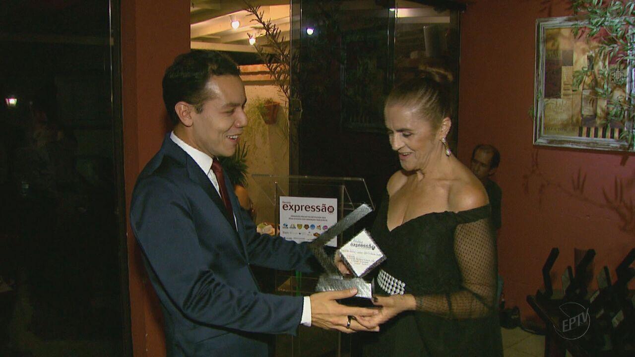 Repórter da EPTV Rafael Castro recebe o Troféu Expressão em Araras, SP