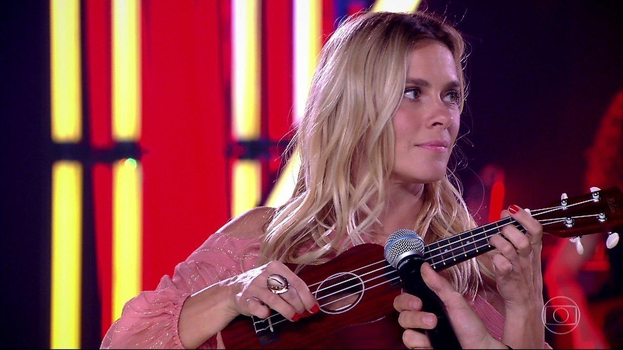 Carolina Dieckmann toca ukulele no 'Adnight Show'