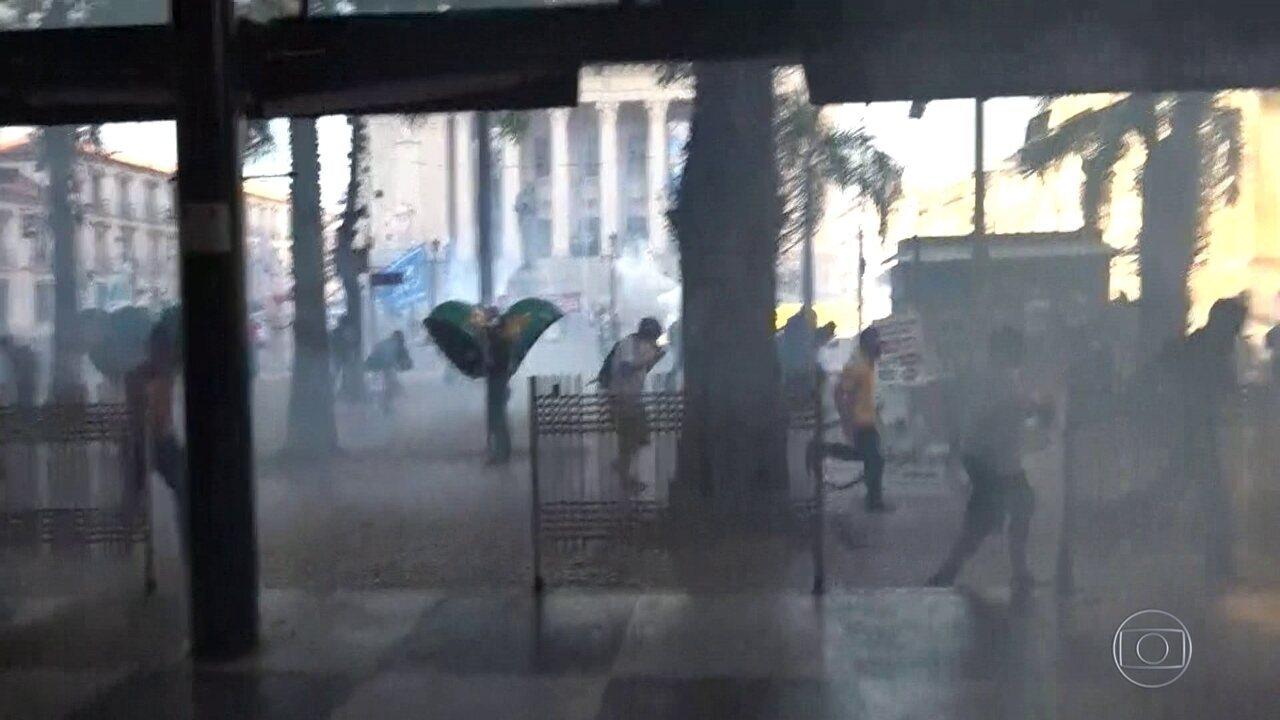 Manifestantes protestam em frente à Alerj
