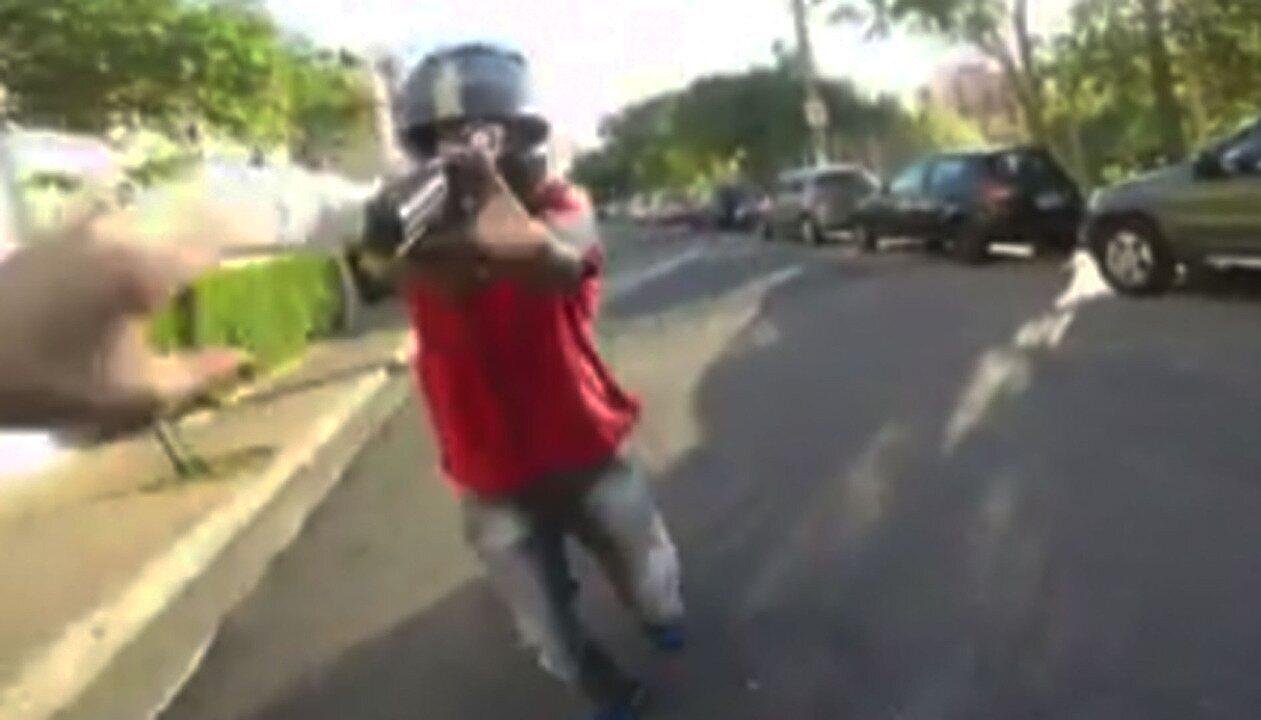 Dois vídeos mostram um motociclista e um ciclista sendo atacados por homens armados em SP