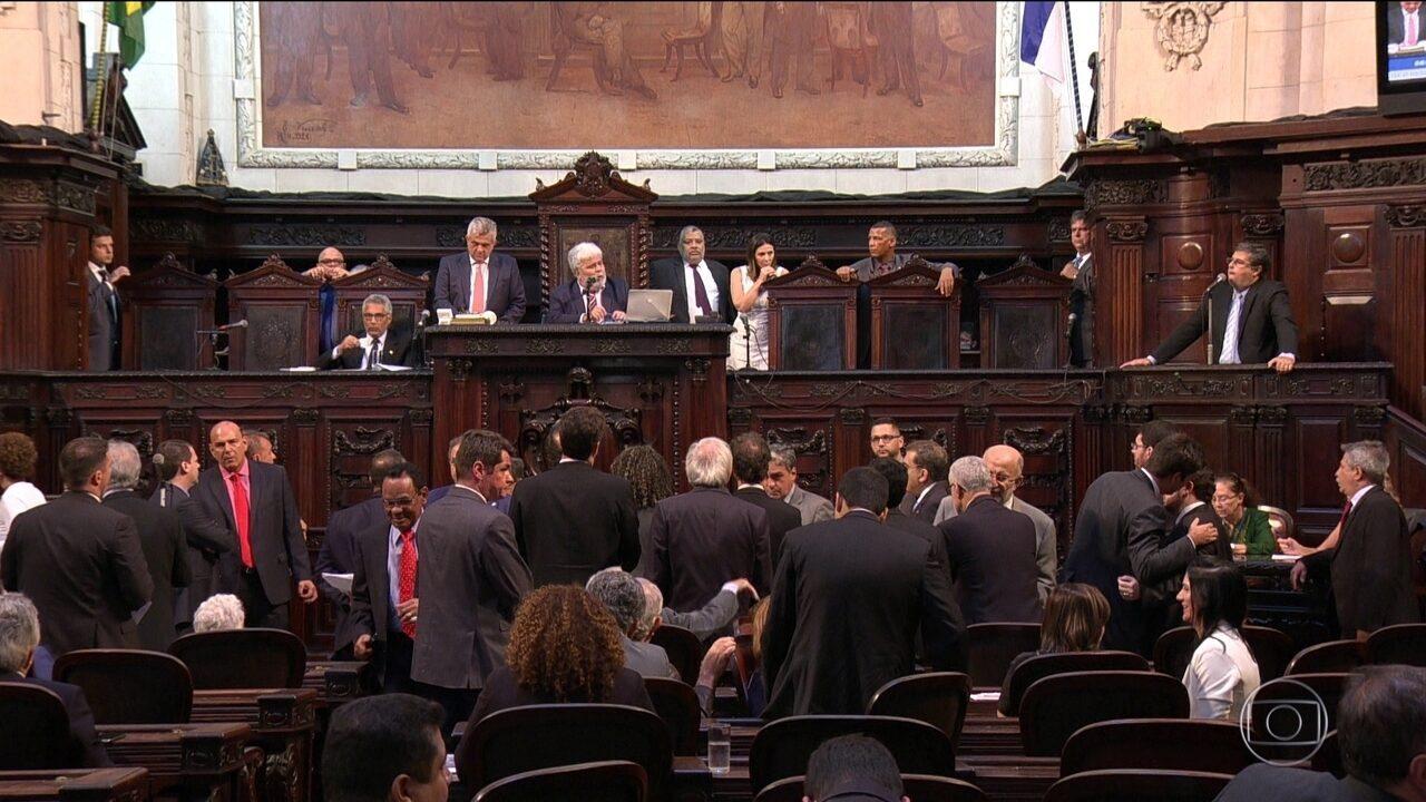 Deputados revogam prisão e mantêm no cargo presidente da Alerj