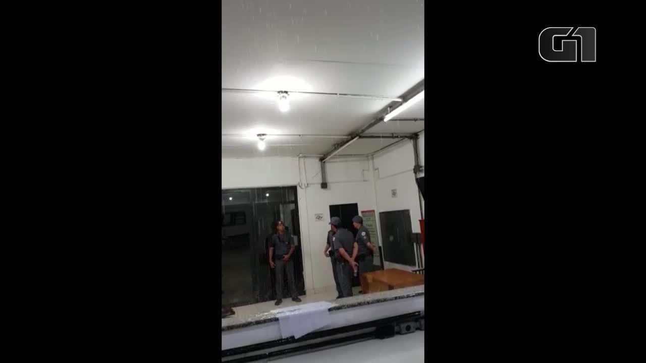 Vídeos mostram goteiras e delegacia inundada durante chuva em SP