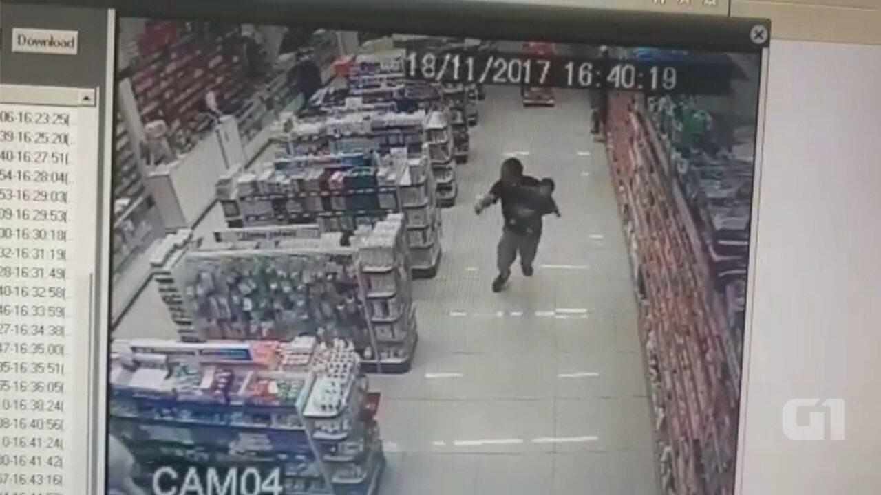 Com o filho no colo, PM de folga reage a assalto e mata ladrões em farmácia; vídeo