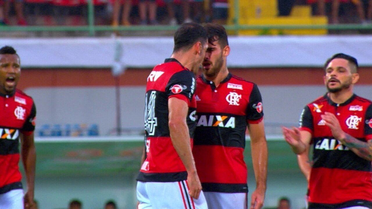Vizeu e Rhodolfo brigam em campo e quase complicam Flamengo