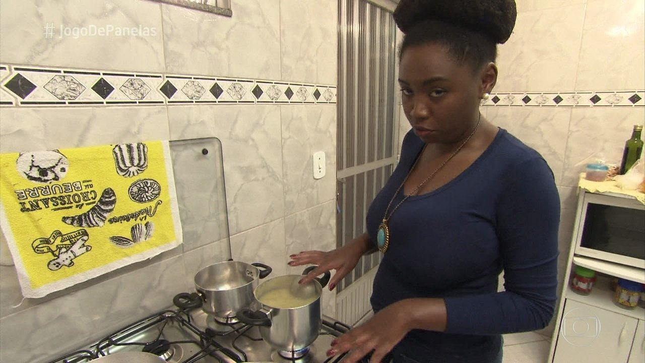 Lilian prepara o jantar do 'Jogo de Panelas'