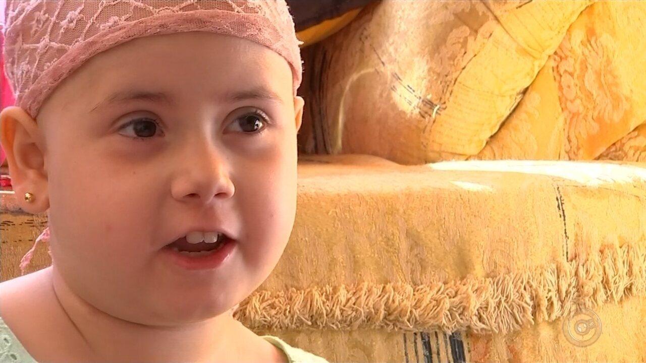 Com 50% de compatibilidade, pai será doador para menina com leucemia