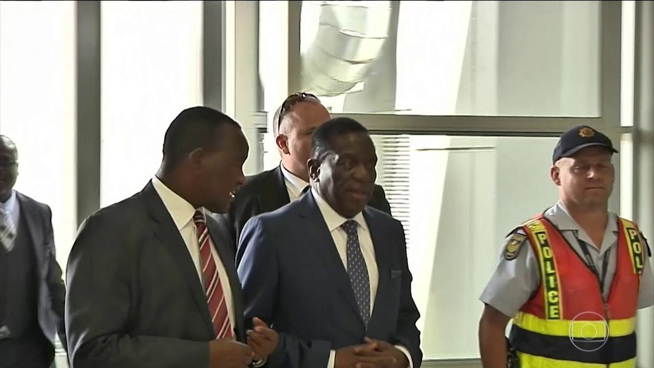 Ex vice-presidente Emmerson Mnangagwa volta ao Zimbábue para tomar posse