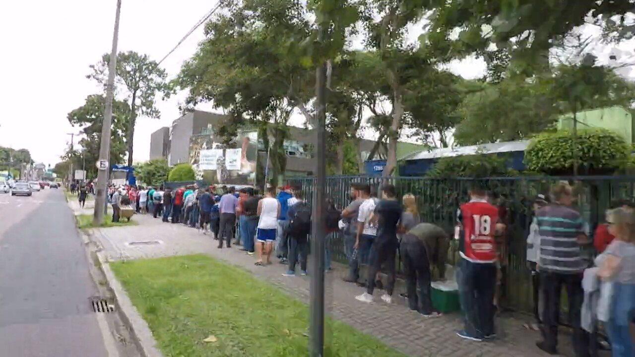 A fila não para: veja em velocidade rápida o tamanho da fila de torcedores do Paraná