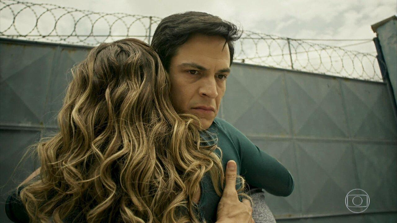 Sérgio avisa a Eric que o juiz o liberou sob fiança