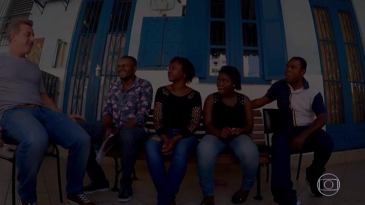 Huck convida família congolesa para festa de filha no palco do Caldeirão