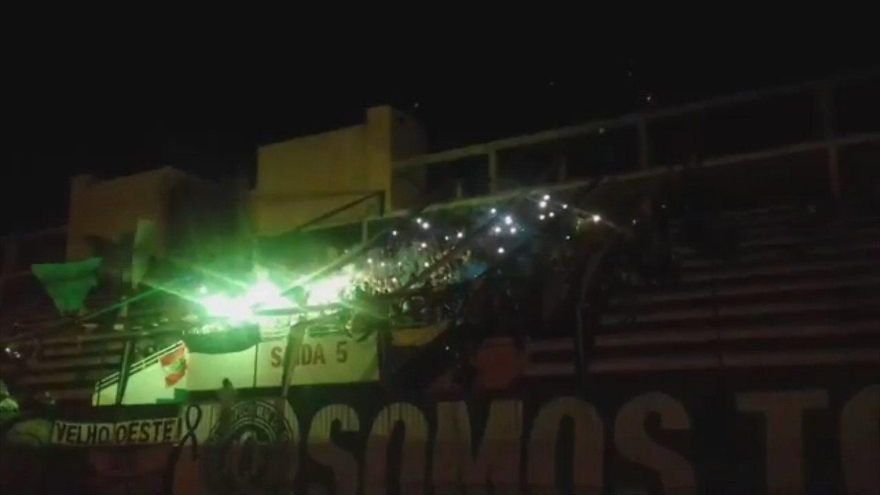 Torcedores acendem sinalizadores e cantam em homenagem às vítimas da tragédia