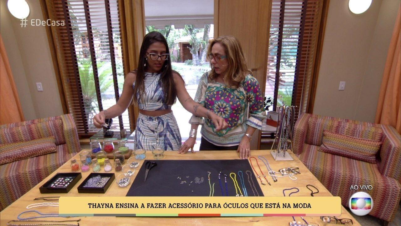 9372c5a59f É de Casa | Thayná Nascimento ensina a fazer cordinha para óculos que está  na moda | Globoplay