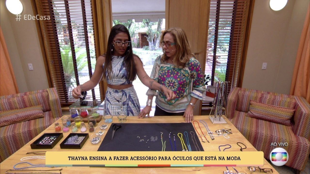 Thayná Nascimento ensina a fazer acessório para óculos que está na moda