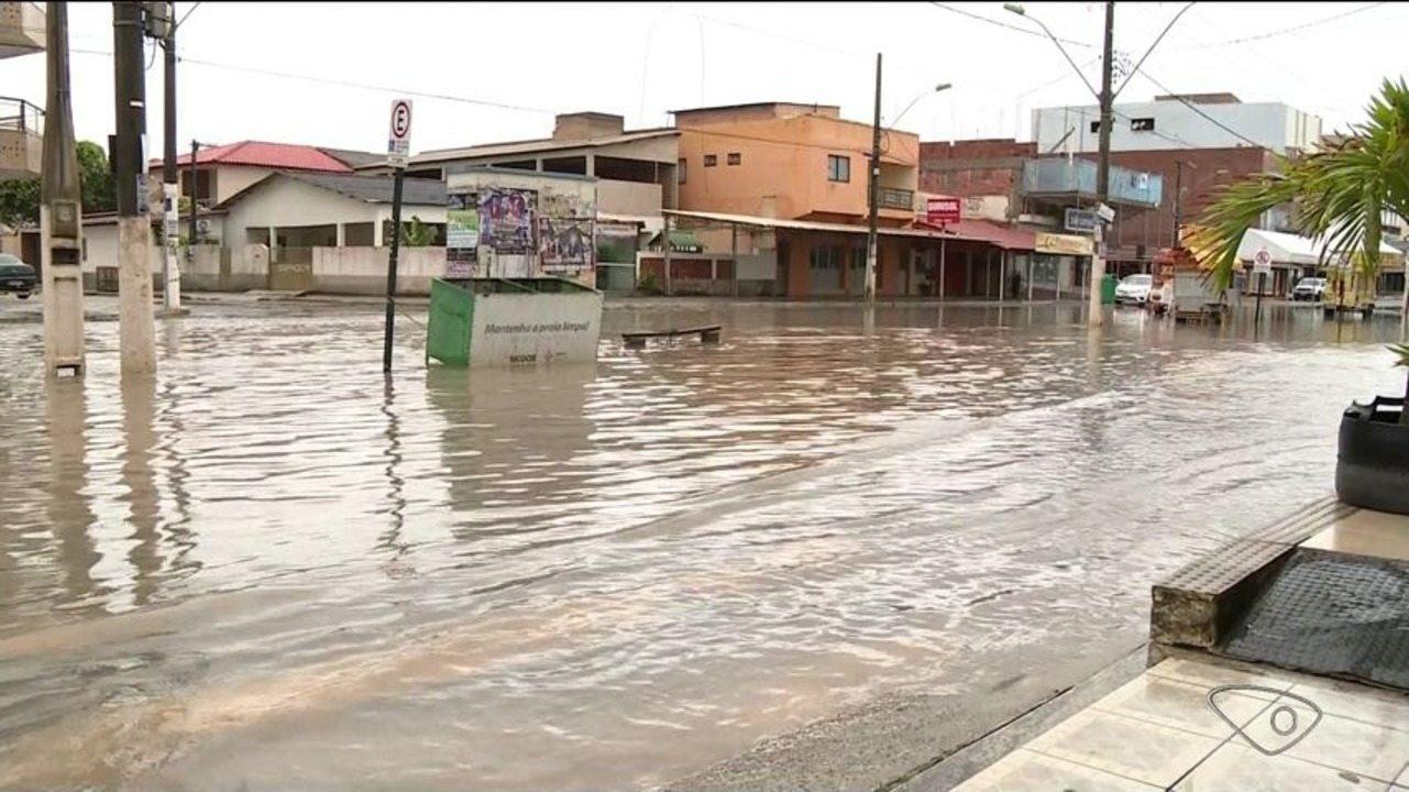Chuva causa alagamentos em Guriri, no litoral de São Mateus, ES