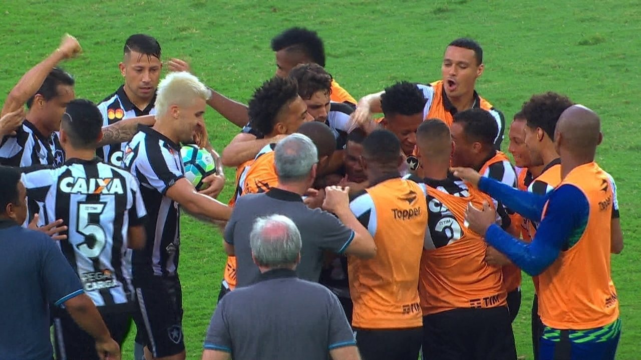 Gol do Botafogo! Ezequiel dribla Bryan e toca com tranquilidade para empatar aos 23' do 2º