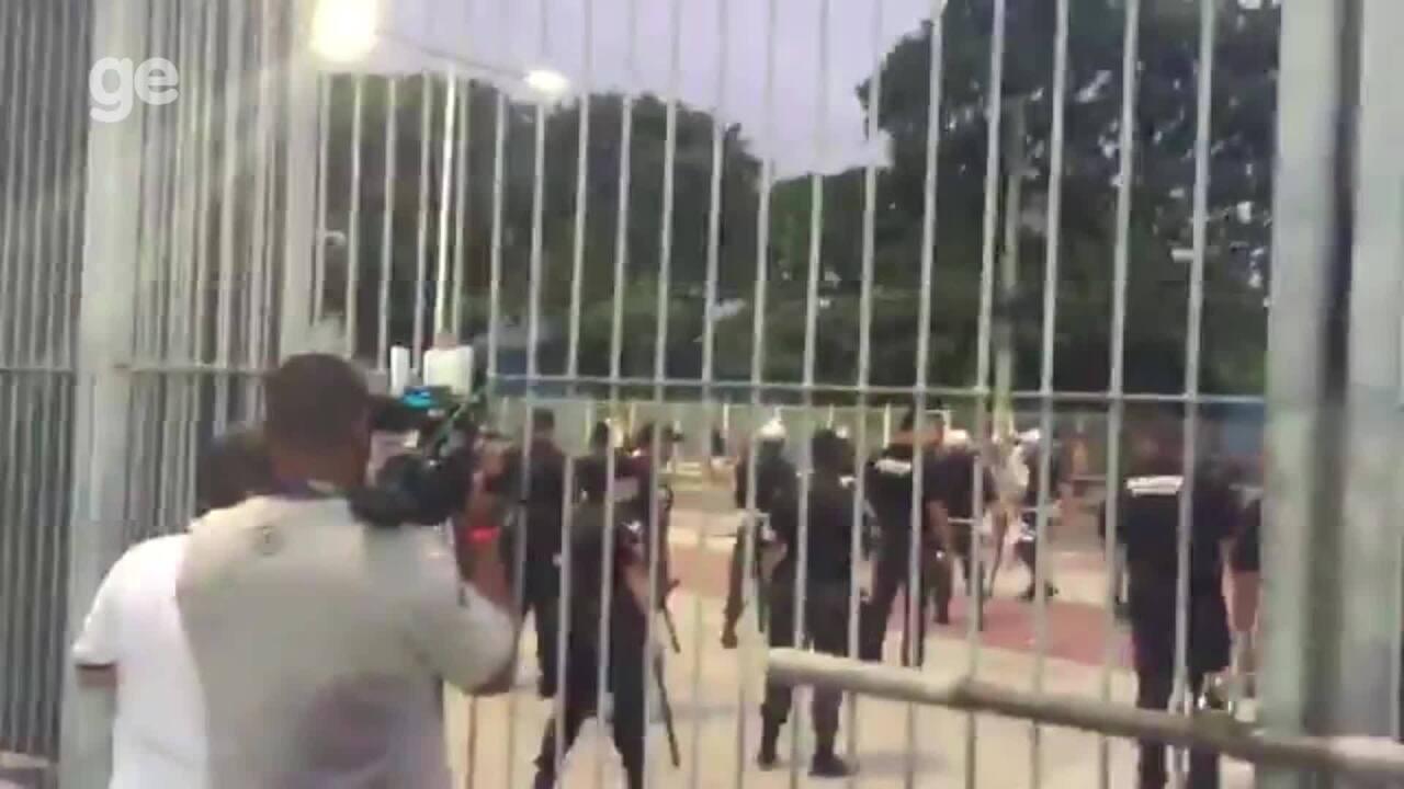 Protesto de torcedores do Botafogo tem tentativa de invasão e termina em confronto
