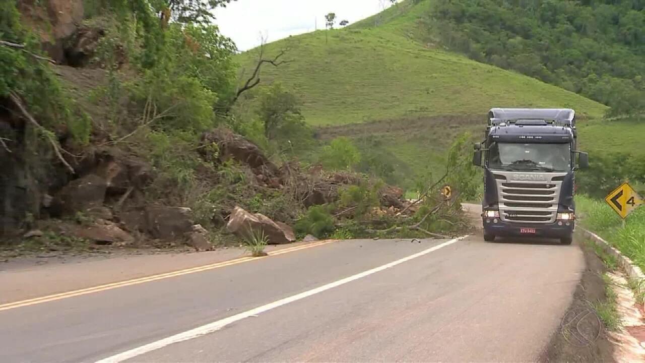 Interdição na BR-116 após queda de encosta causa acidentes na Zona da Mata