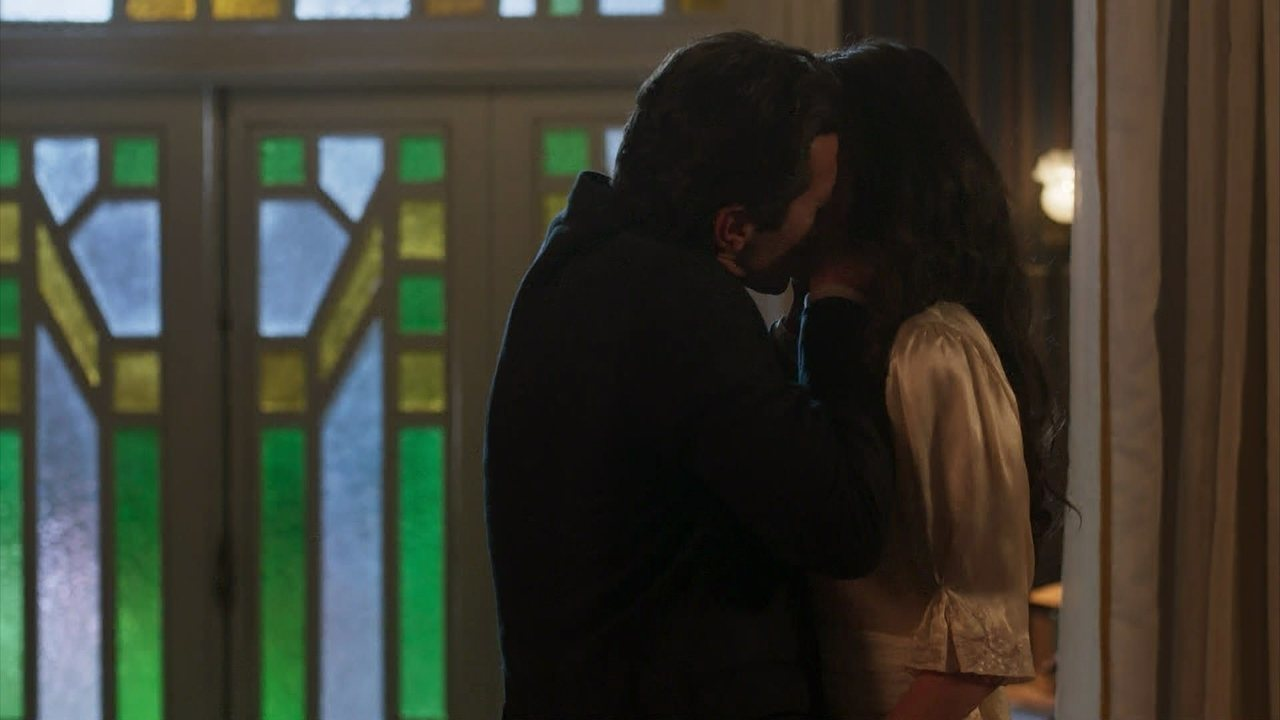 Vicente toma coragem e beija Maria Vitória