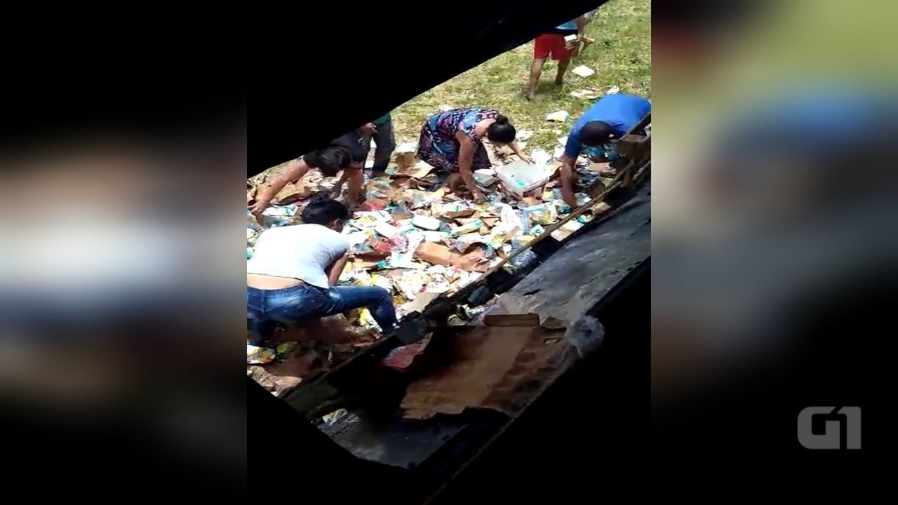 Carga de leite é saqueada após caminhão tombar em Sorocaba
