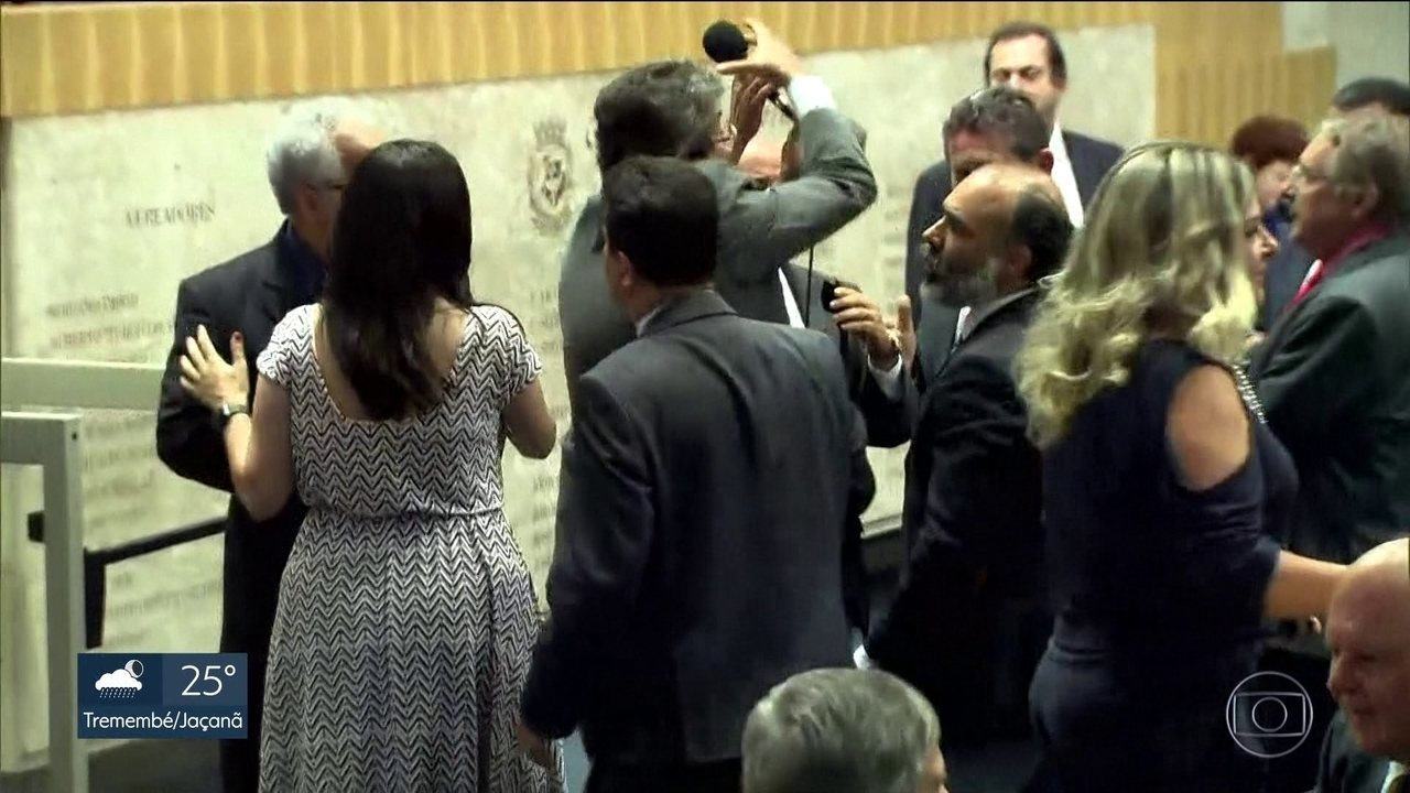 Vereadores discutem durante sessão na Câmara