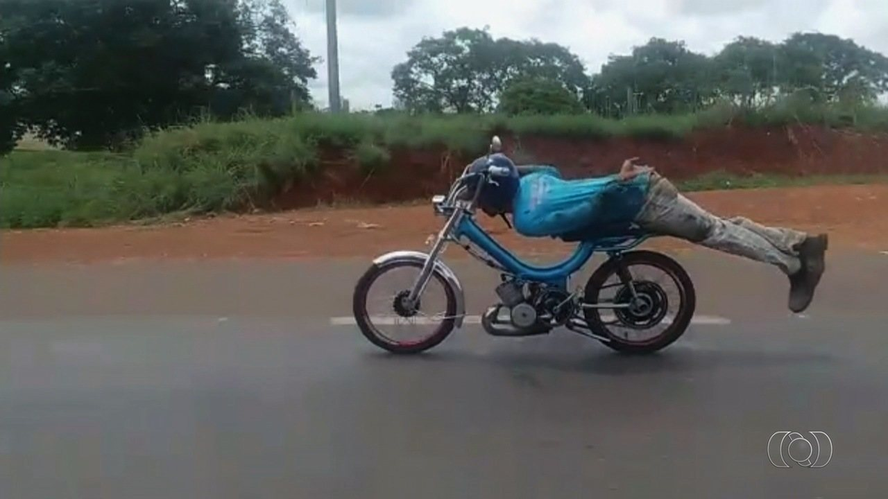 Jovem é detido após fazer manobra 'Superman' em ciclomotor na BR-153