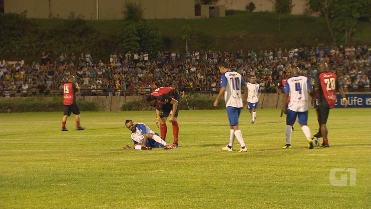 Tirullipa cancela shows após quebrar o tornozelo em jogo beneficente em Sorocaba