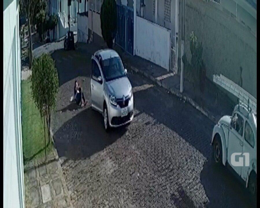 Mulher pula de carro em movimento para fugir de criminosos