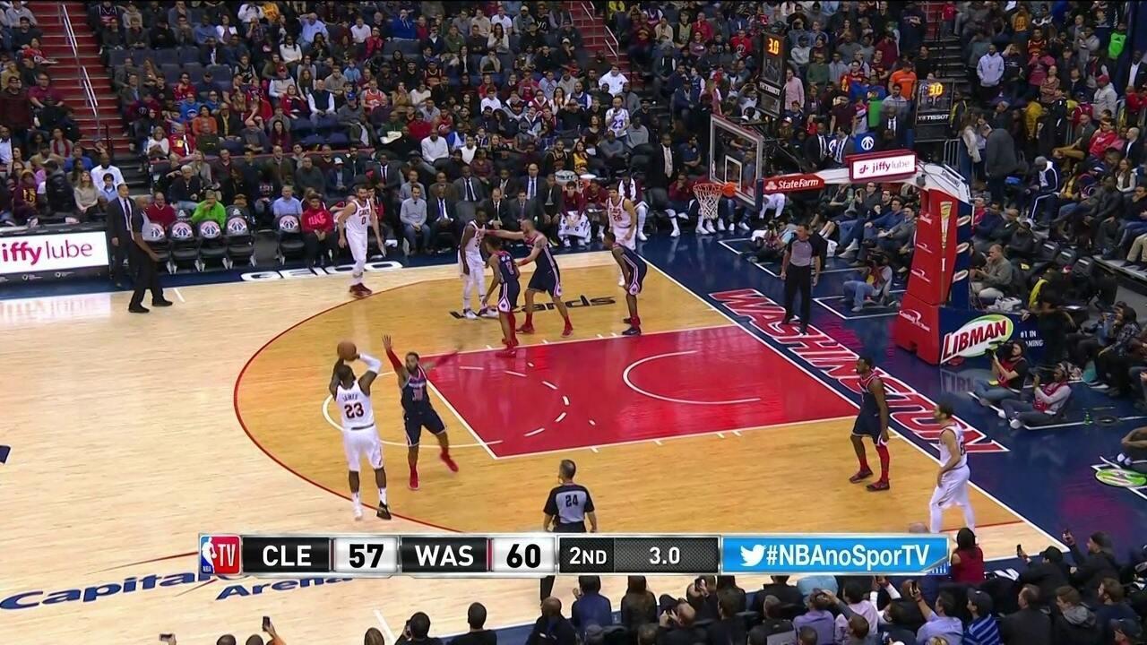 LeBron James marca de tres no fim do segundo quarto e empata a partida, 60/60