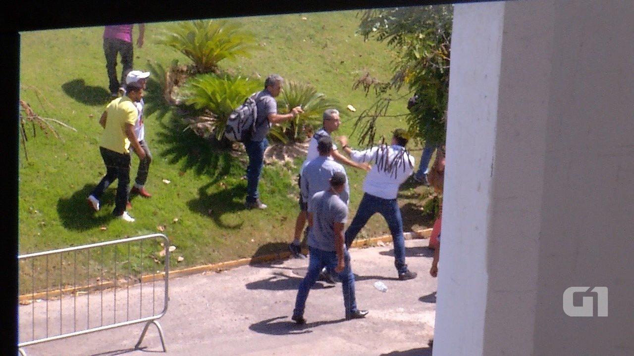 Carro do governador do RN é atacado na saída do setor administrativo