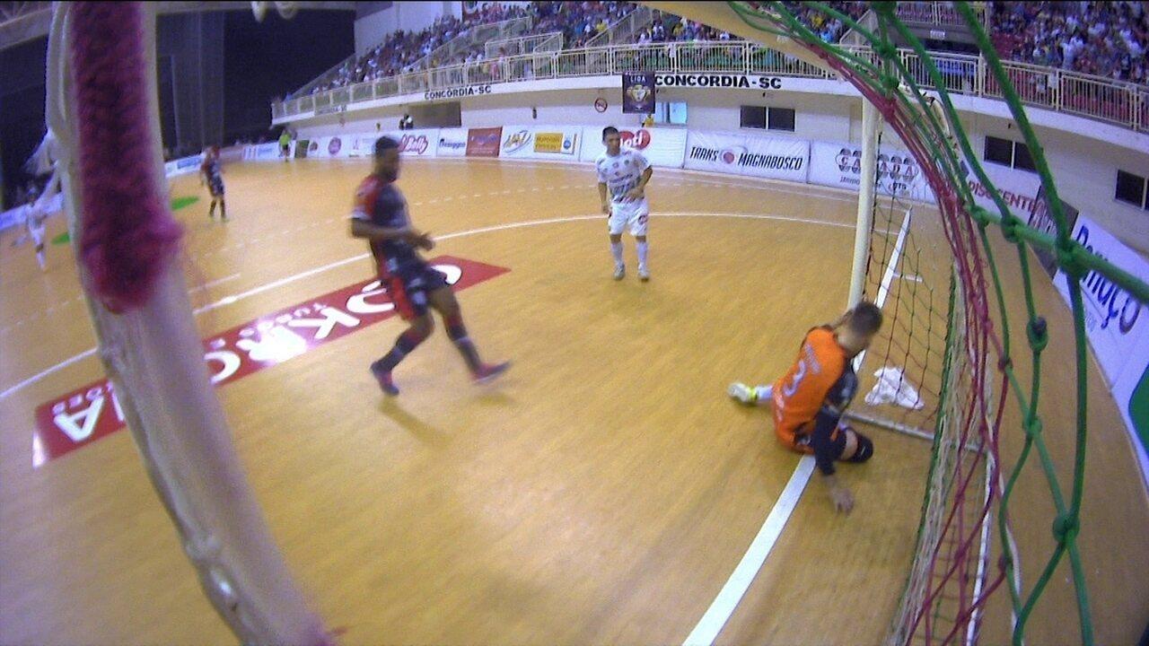 dc29ef248c Concórdia marca e árbitro pede ajuda de vídeo para validar gol na final do  Catarinense