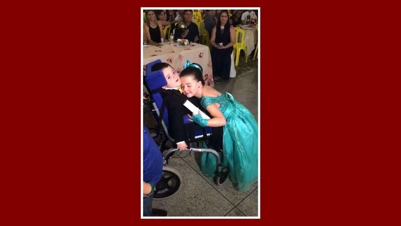Resultado de imagem para Menina dança valsa com irmão cadeirante e causa emoção em festa de ABC no CE; vídeo