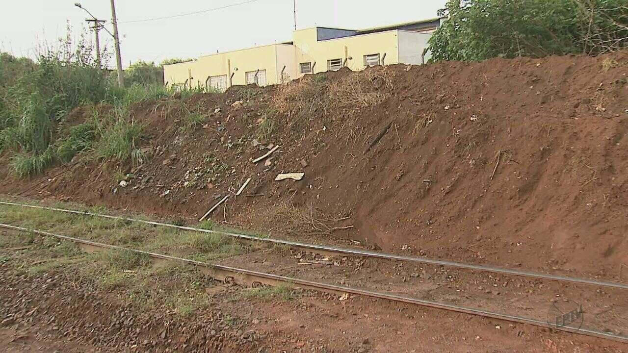 Passagem de pedestres é fechada perto de linha do trem e gera transtornos em Araraquara