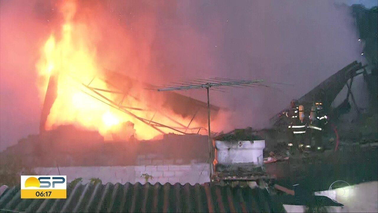 Incêndio atinge em galpão em Osasco, na Grande SP