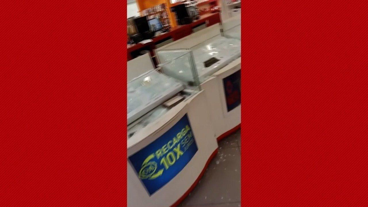 Vídeo mostra quiosques de celulares saqueados dentro de loja C&A, em Natal