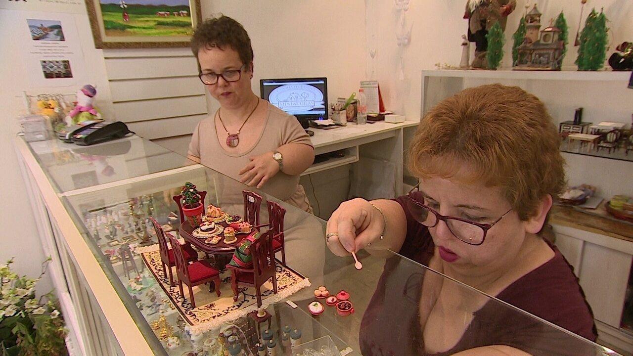 Resultado de imagem para Conheça as irmãs com nanismo que montaram loja de miniaturas.