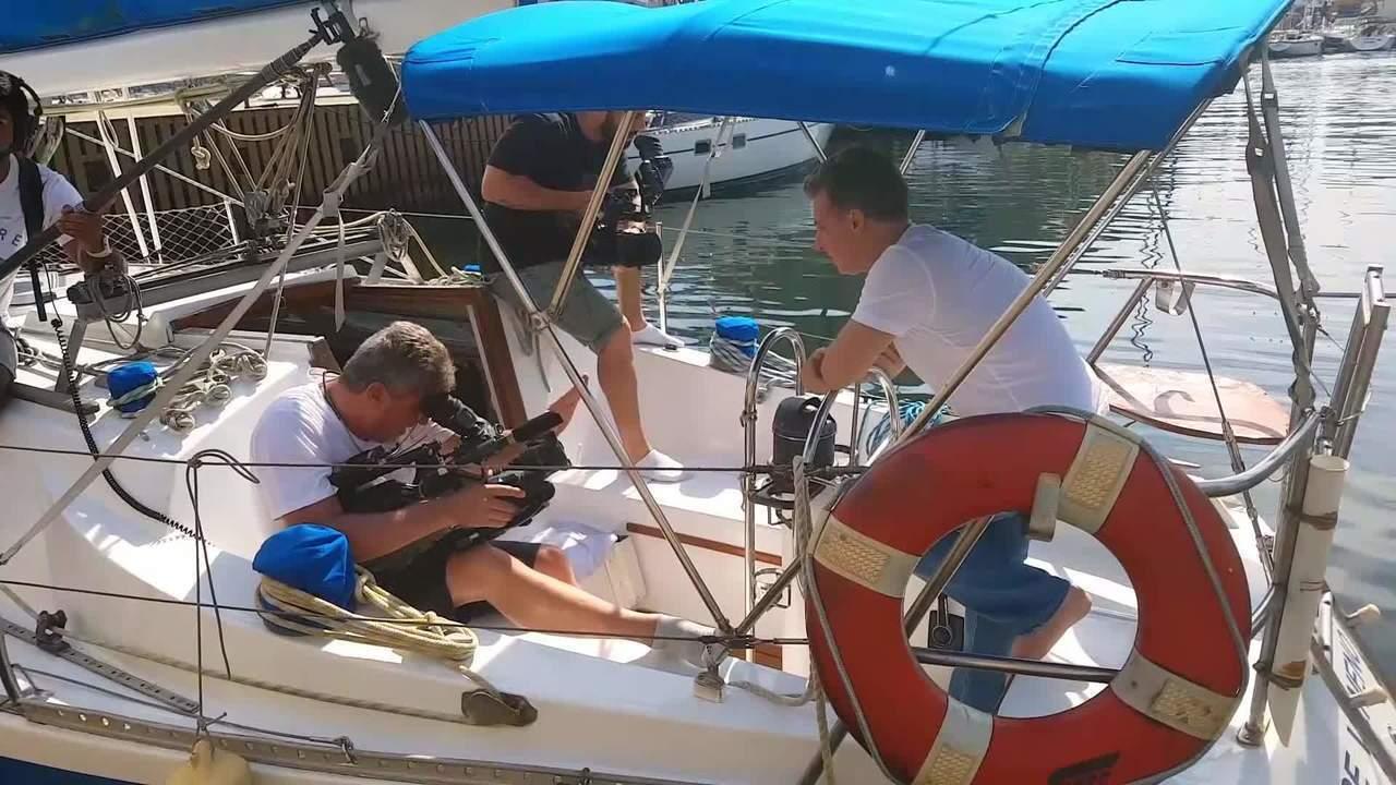 Luciano Huck engana seu cinegrafista e o presenteia com um veleiro