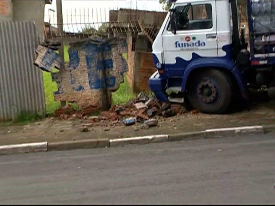 Caminhão bate em muro na Vila Marcondes