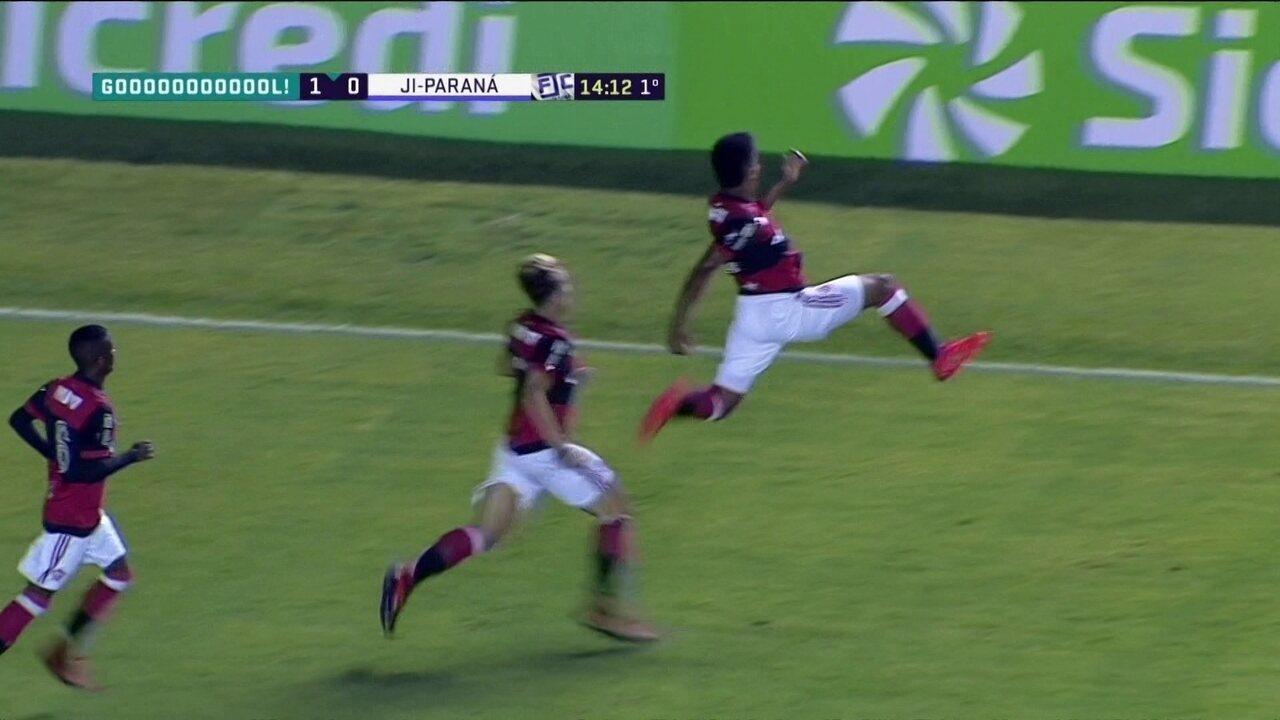 Gol do Flamengo! Goleiro pega chute de Wendel, mas Patrick marca no rebote, aos 14 do 1º