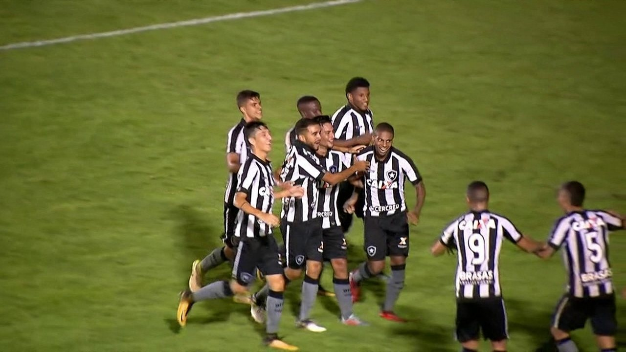 Gol do Botafogo! Rickson avança com a bola e faz um golaço de fora da área aos 40 do 2º