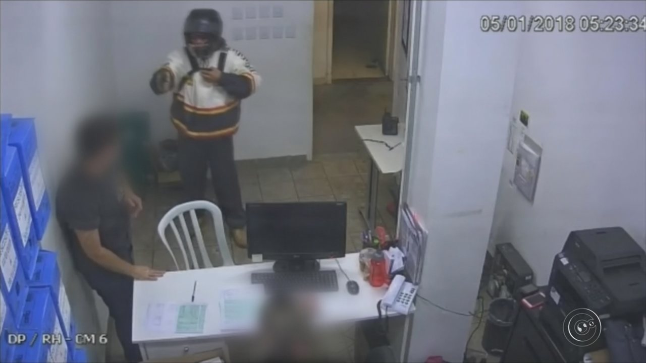 Câmera registra ladrão vestido de entregador de pizza assaltando loja em Bauru