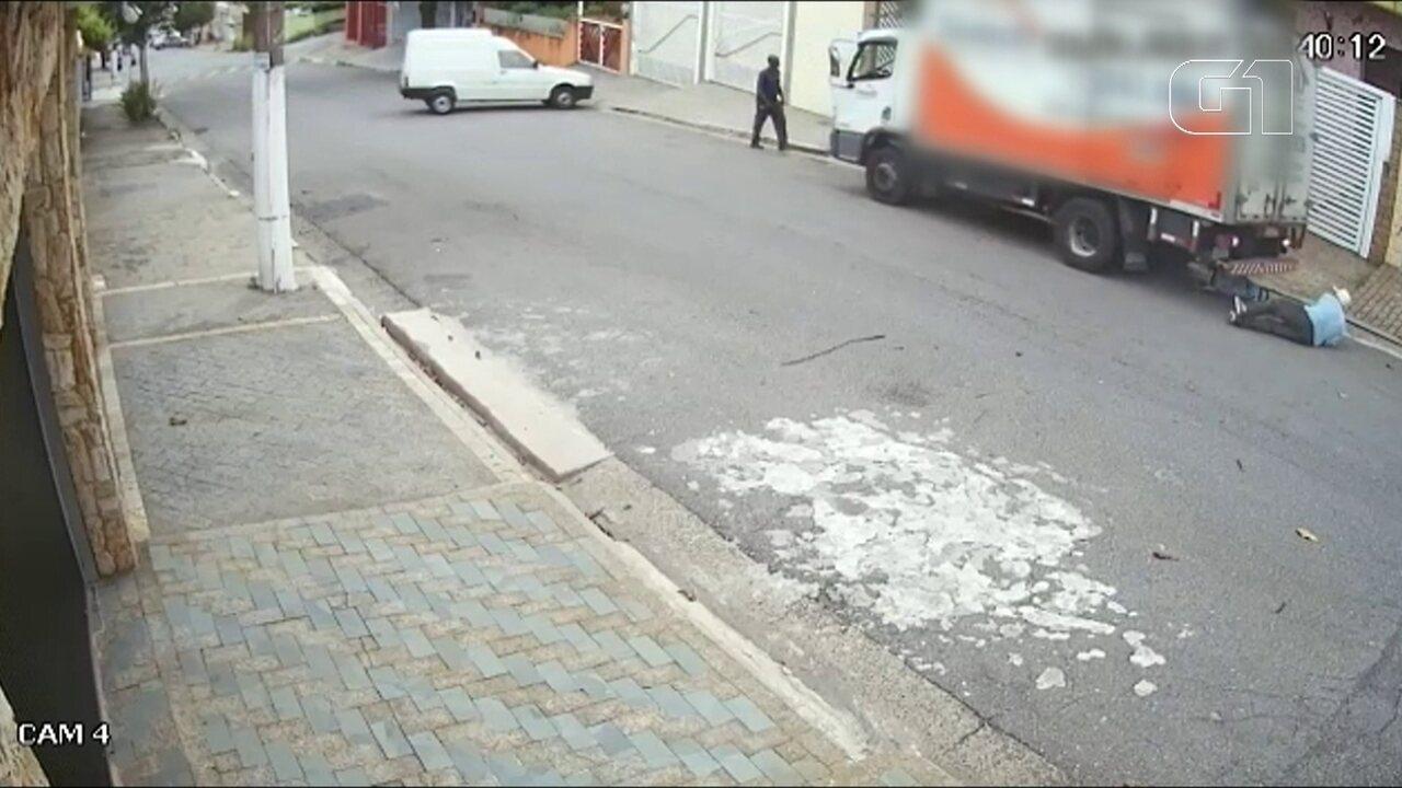 Idoso morre atropelado por caminhão em marcha ré em SP; vídeo