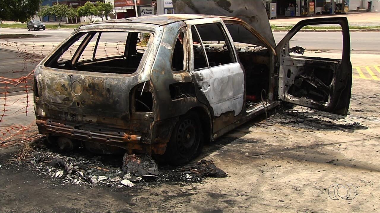 Carro pega fogo em posto de combustível de Aparecida de Goiânia