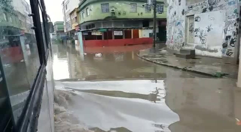 Alagamento atinge ruas de Bonsucesso