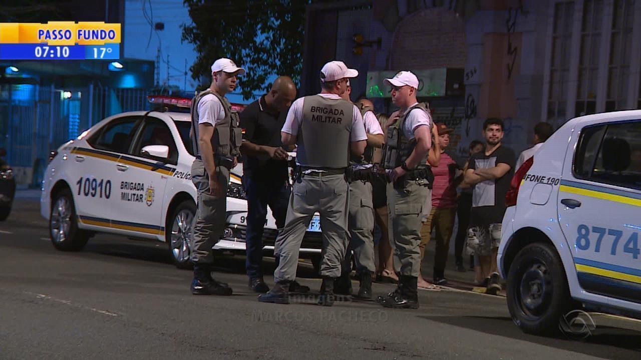 Garçom é morto a tiros após sair do trabalho em Porto Alegre
