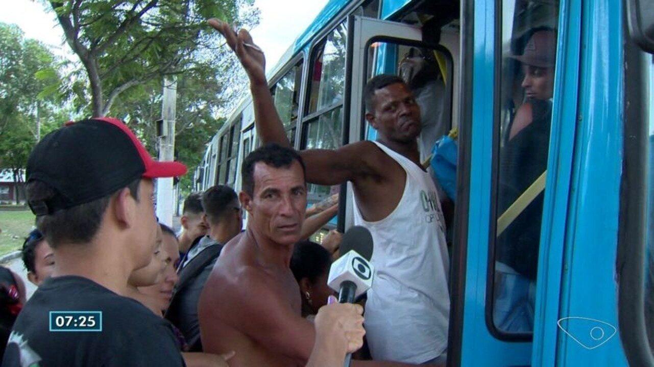Domingo de sol tem muita espera e reclamação nos pontos de ônibus na Grande Vitória