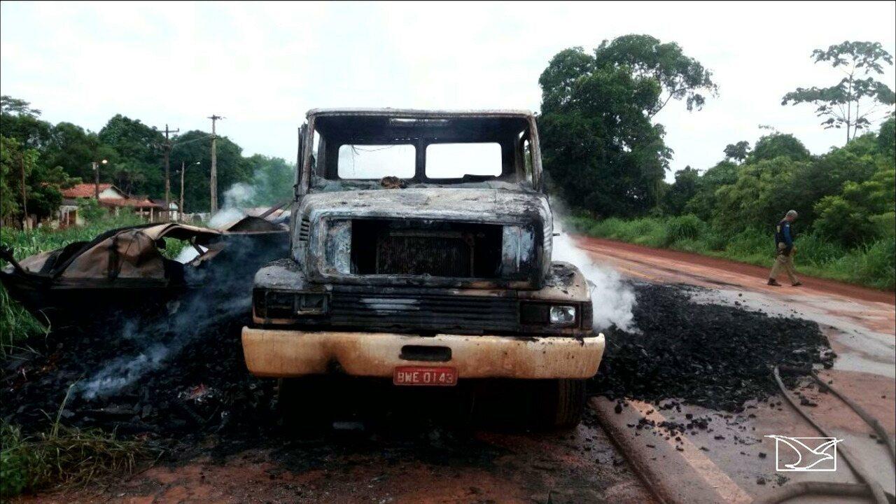 Caminhão carvoeiro pega fogo na BR-222 no Maranhão