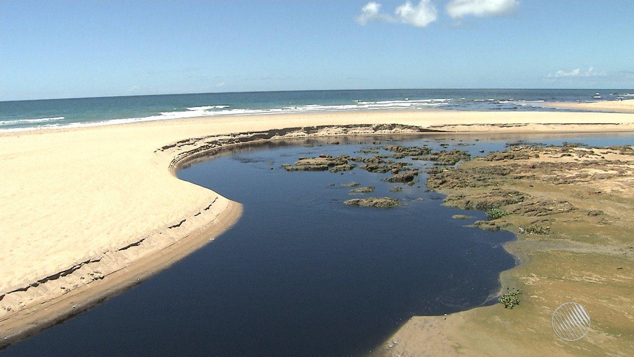 Problema na rede de esgoto deixa praia de Jaguaribe poluída, em Salvador
