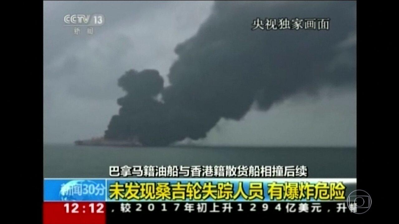 Equipes especializadas tentaram apagar fogo em navio e buscar desaparecidos
