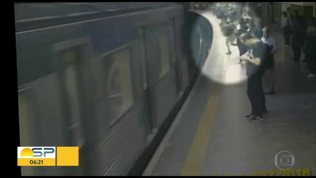 Mulher é empurrada para trilho do Metrô de SP durante chegada de trem e sobrevive